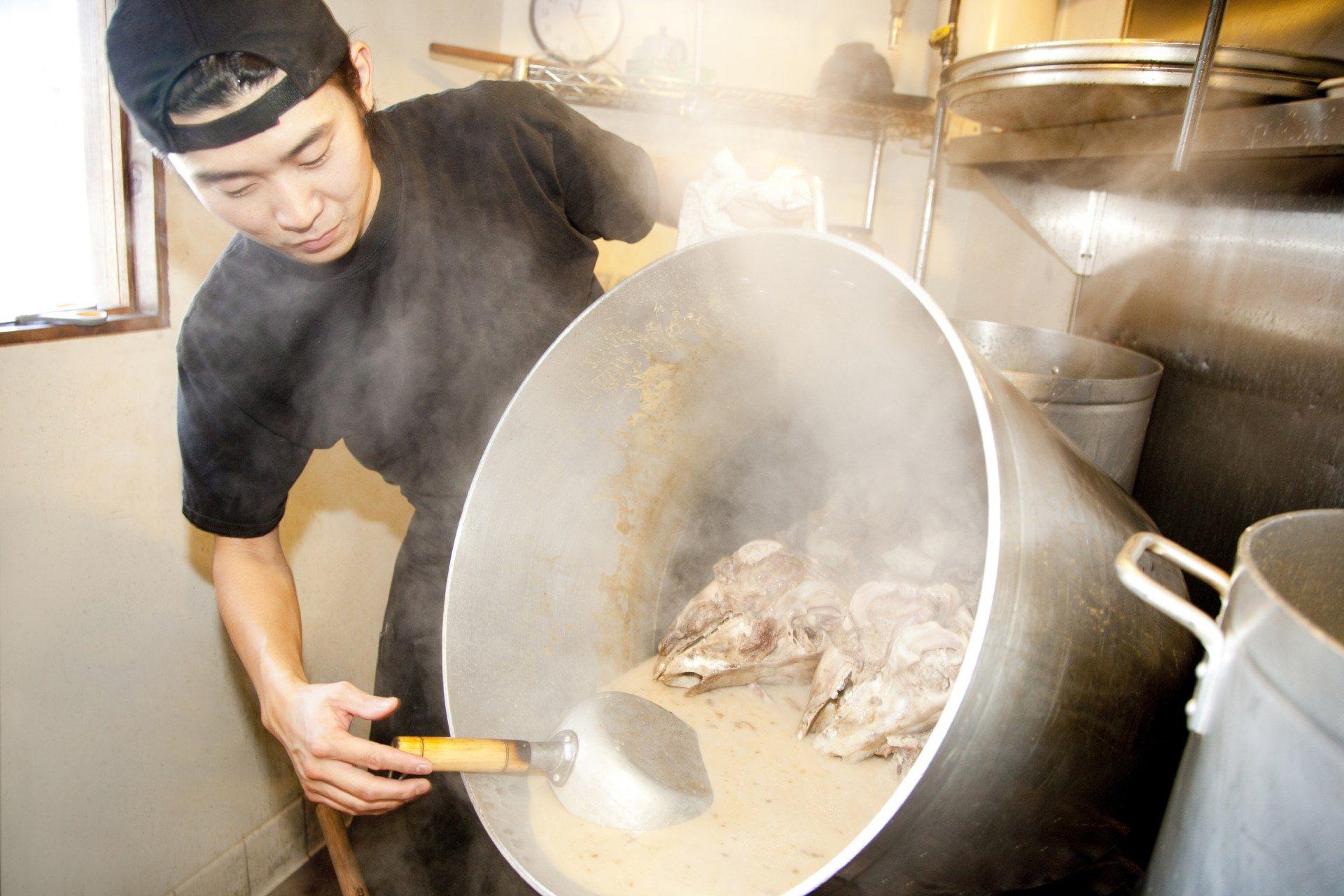 精心制作拉面老汤的日本厨师