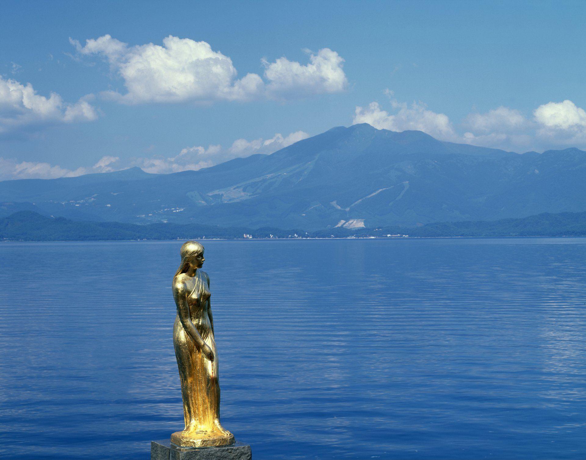 田澤湖畔的黃金辰子雕像
