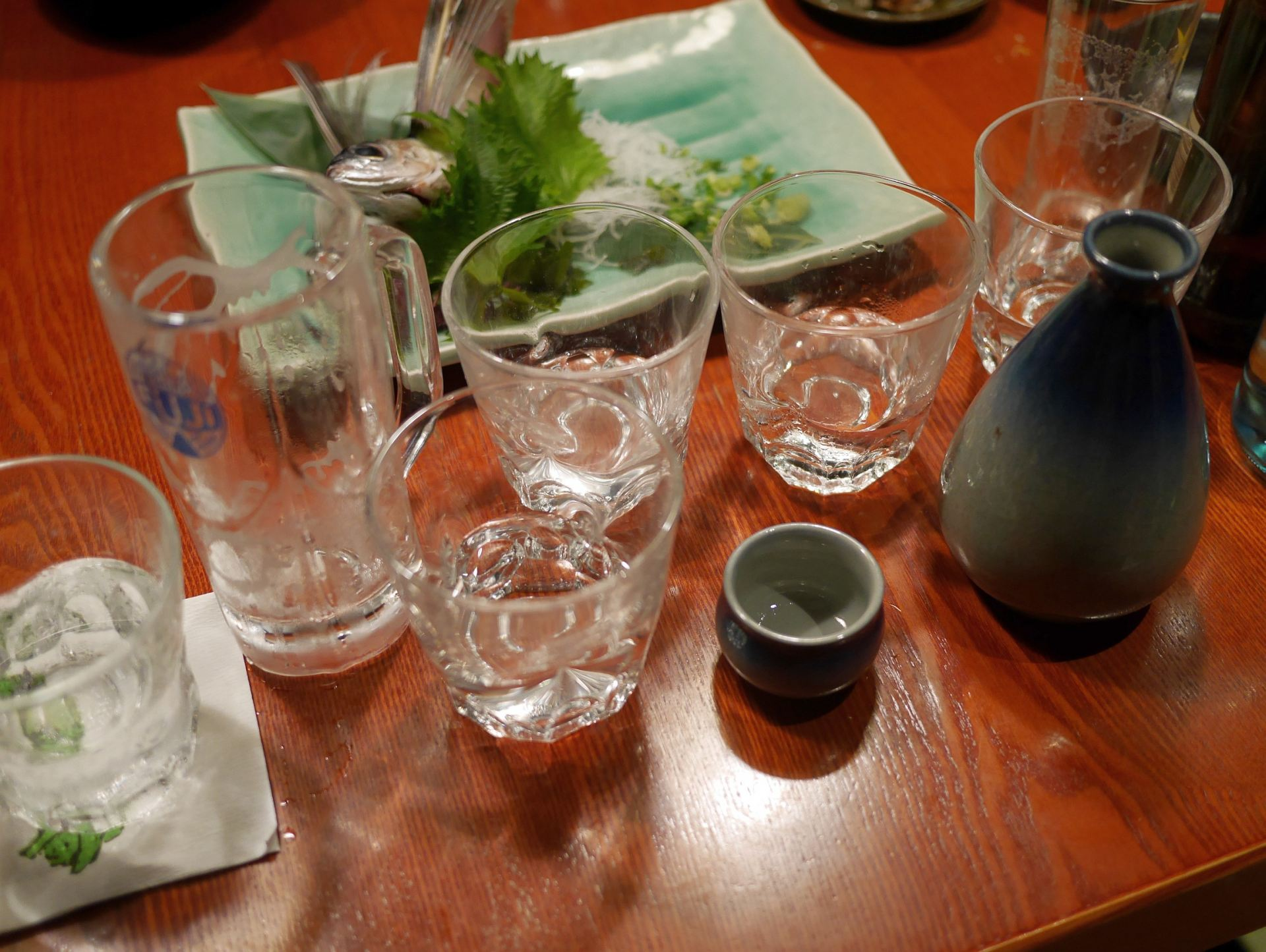 飯桌上已是堆滿了酒瓶和玻璃杯