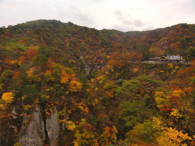 大深澤橋與紅葉組成的優美畫面