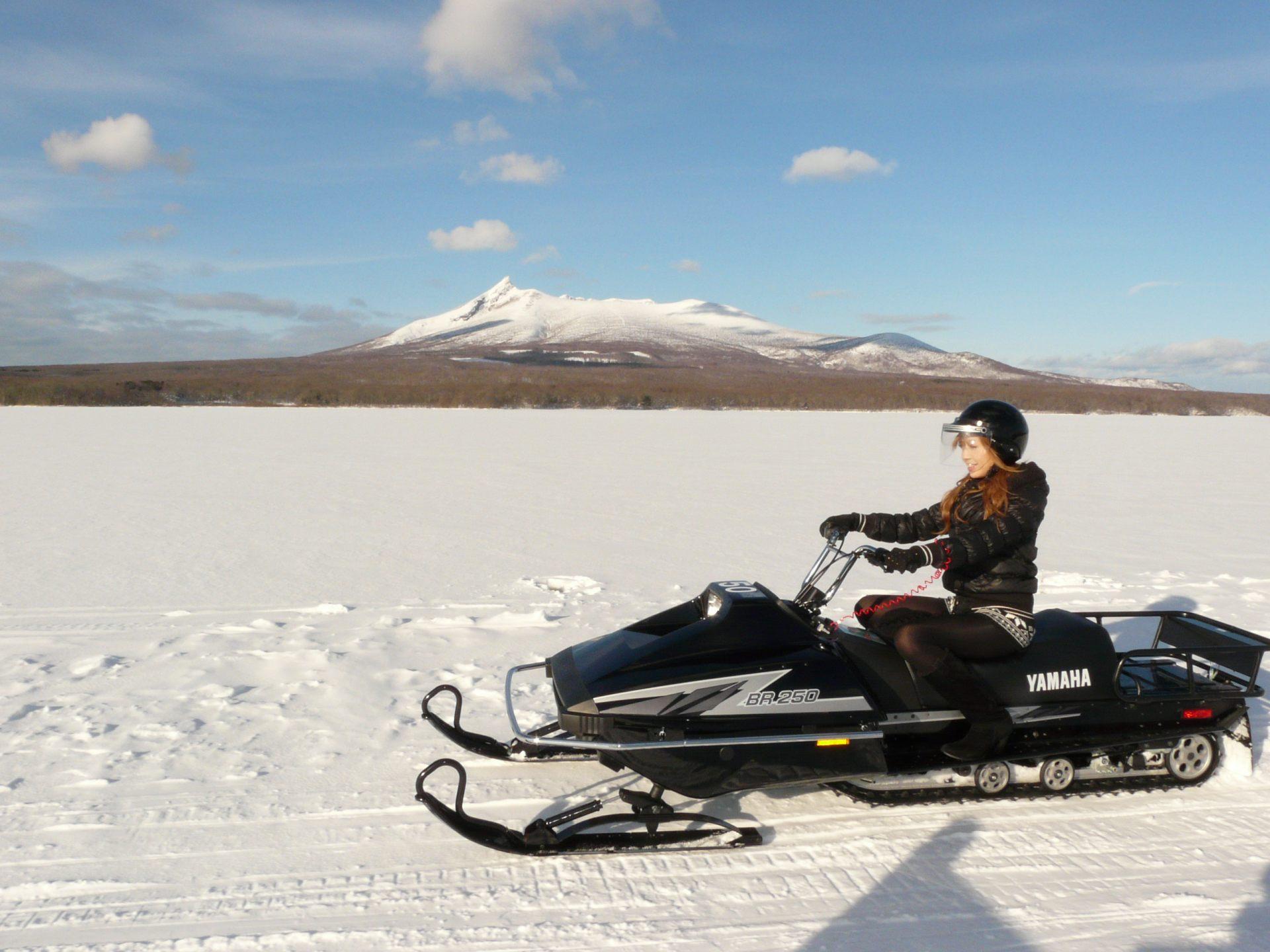 刺激的雪上摩托車