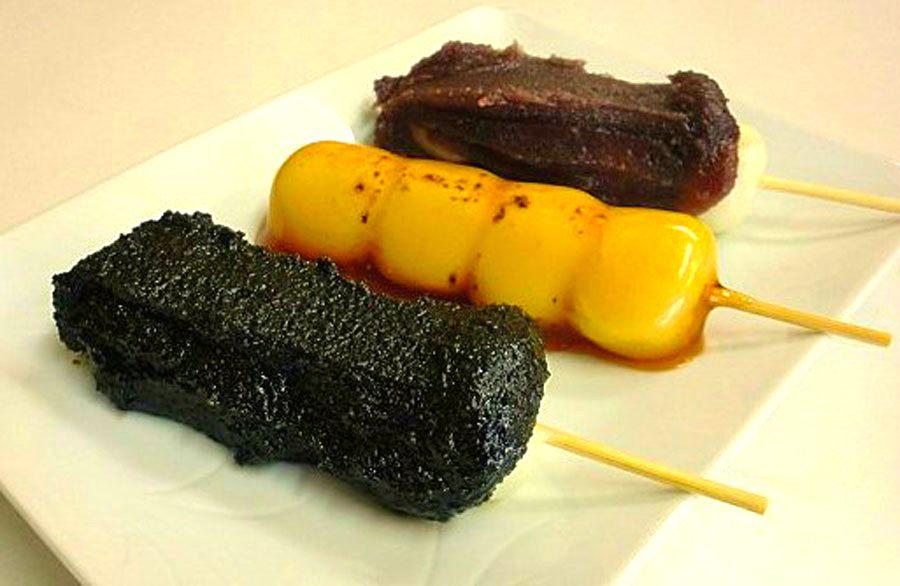 芝麻、醬油和包餡口味的燒團子