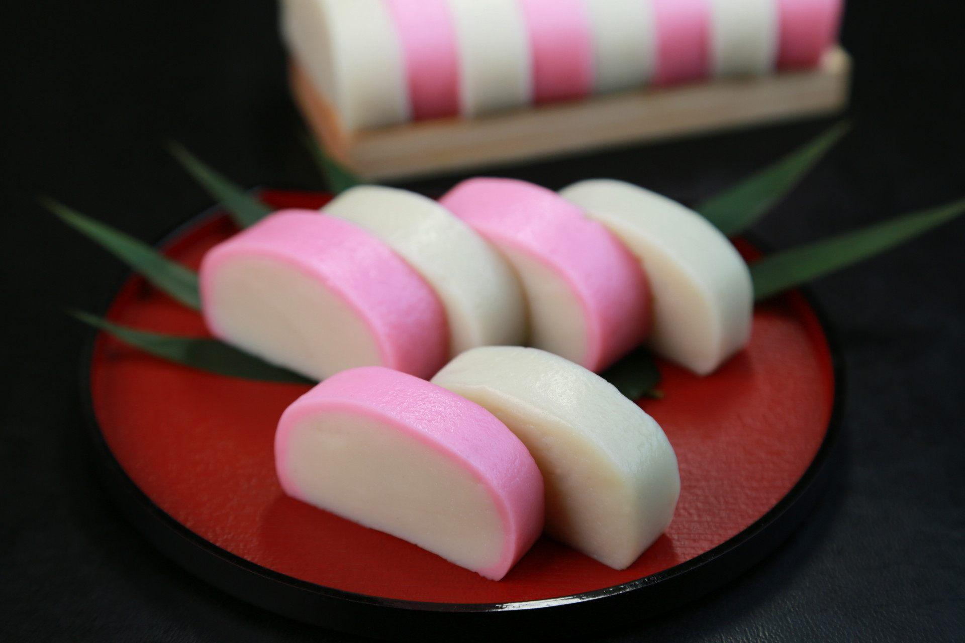 御節料理的代表食材:蒲鉾(紅白魚糕)