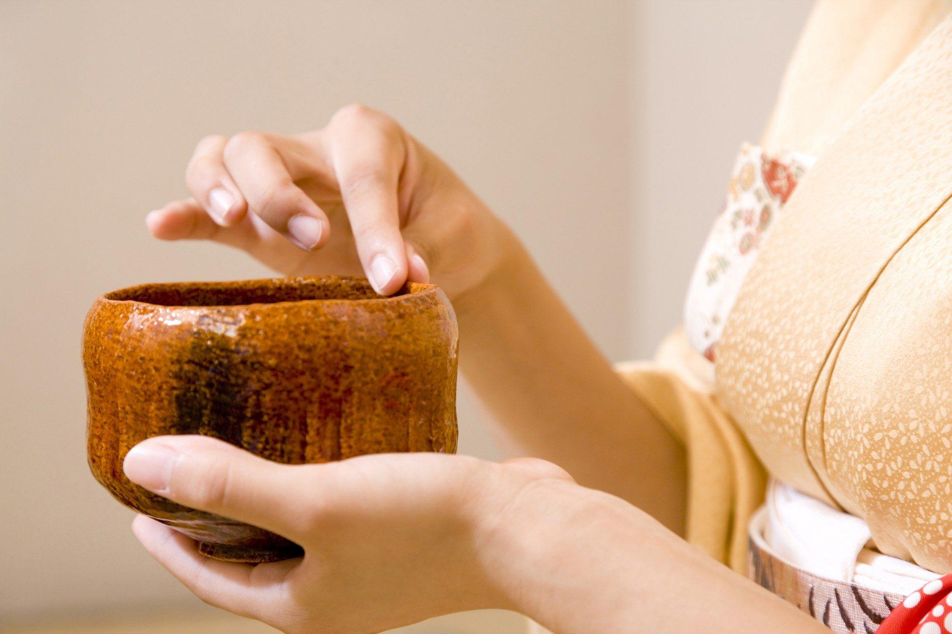 在擦拭时,只允许使用大拇指和食指