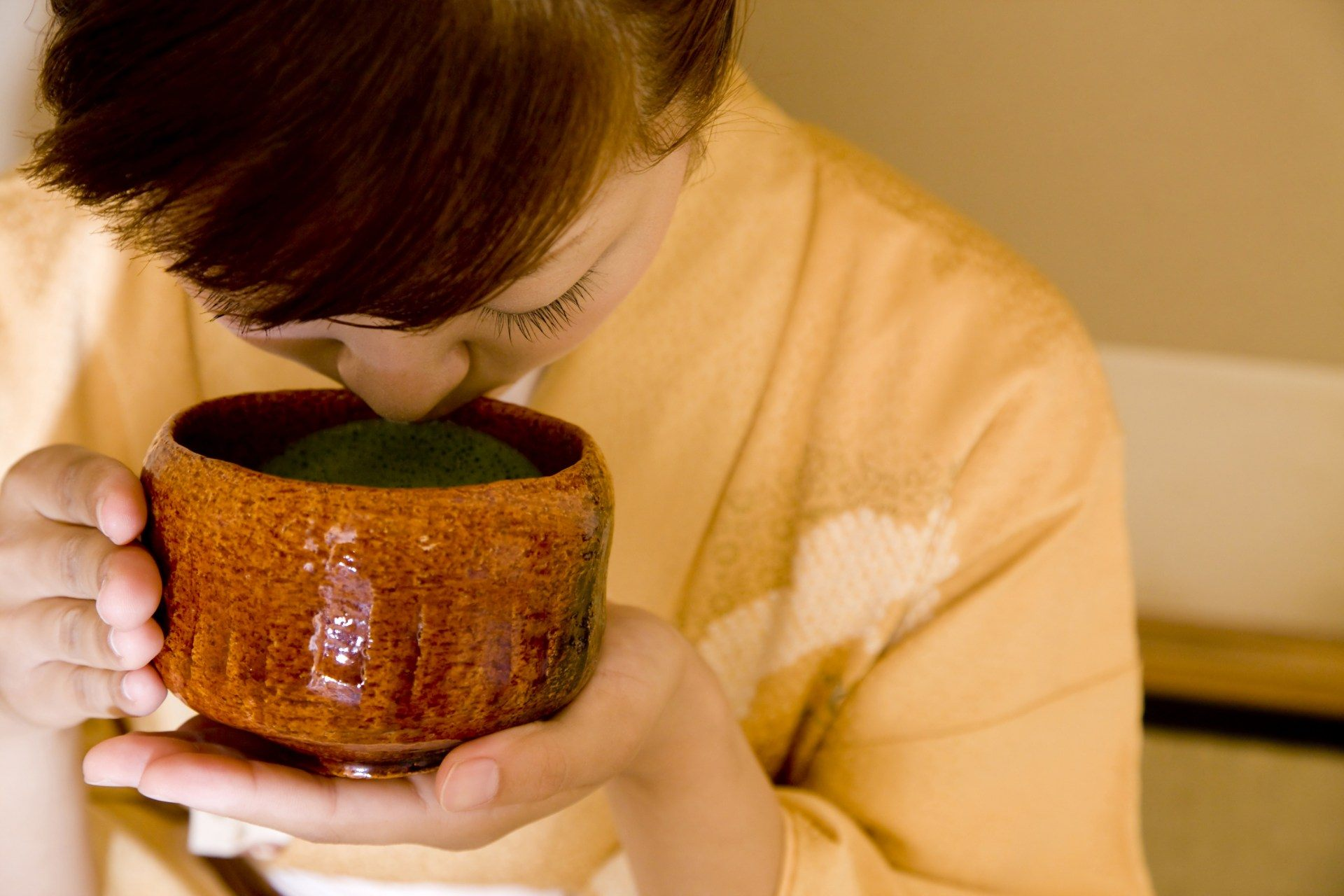 为表示尊重亭主,须专注茶碗而不左顾右盼