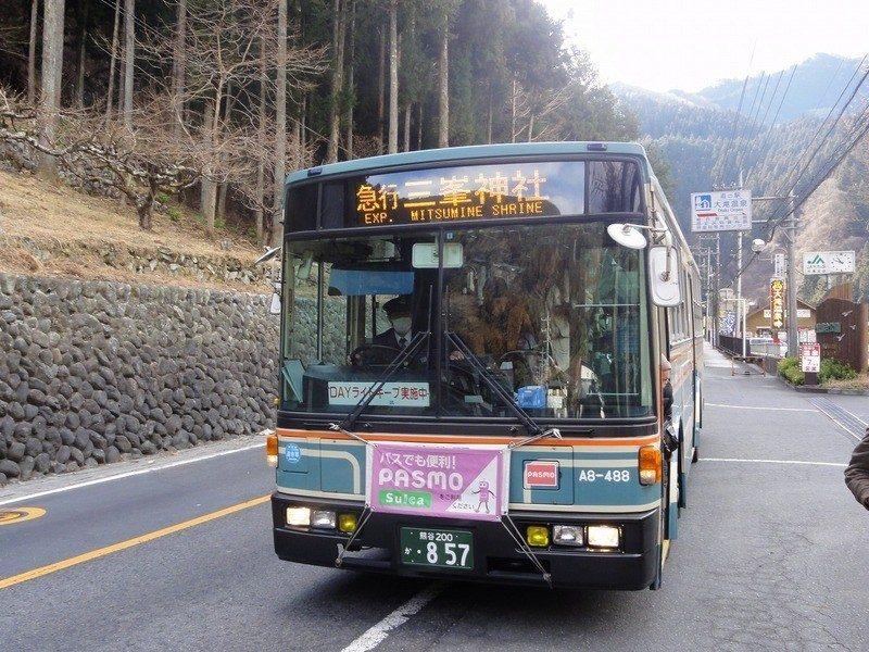 搭乘西武觀光巴士前往「三峯神社」方面