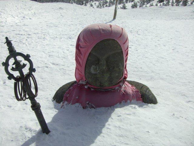 地藏的身體完全被雪覆蓋