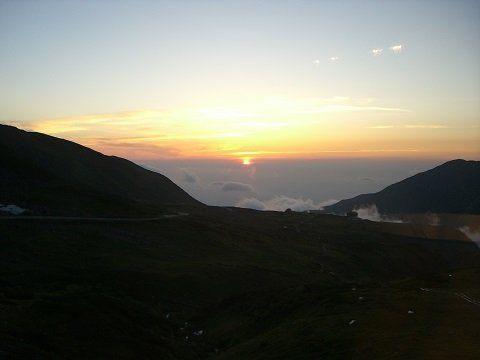 被夕阳染红的立山峰峦