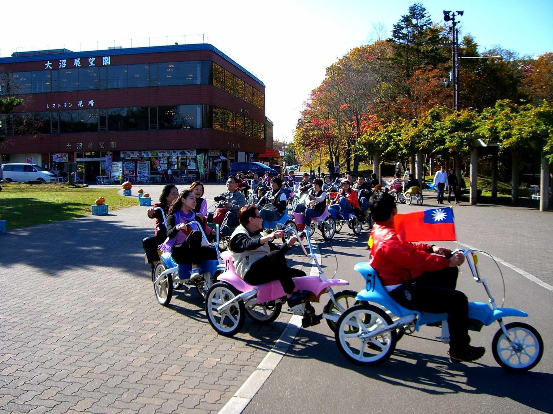 遊客們正在開心地駕駛「連接式腳踏車」