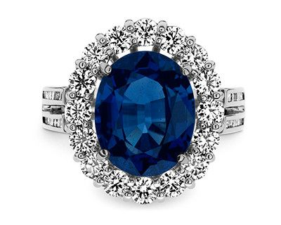 A huge 6.18-carat sapphire surrounded with a number of big size diamonds (¥1,698,000)