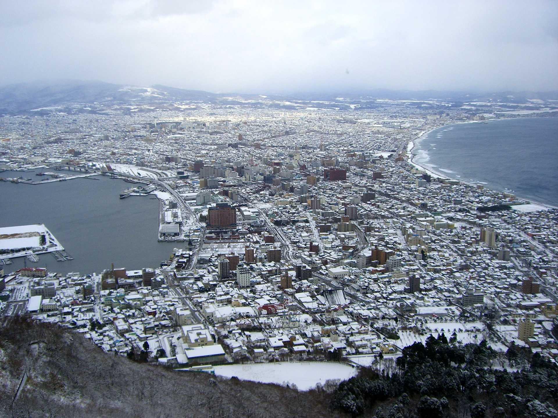 被雪染成纯白的函馆风景