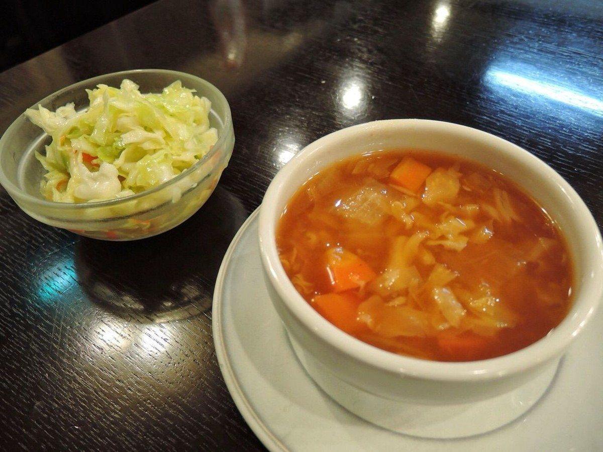 羅宋蕃茄湯和高麗菜沙拉