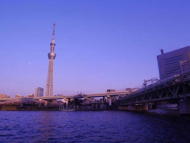 月亮掛在晴空塔旁