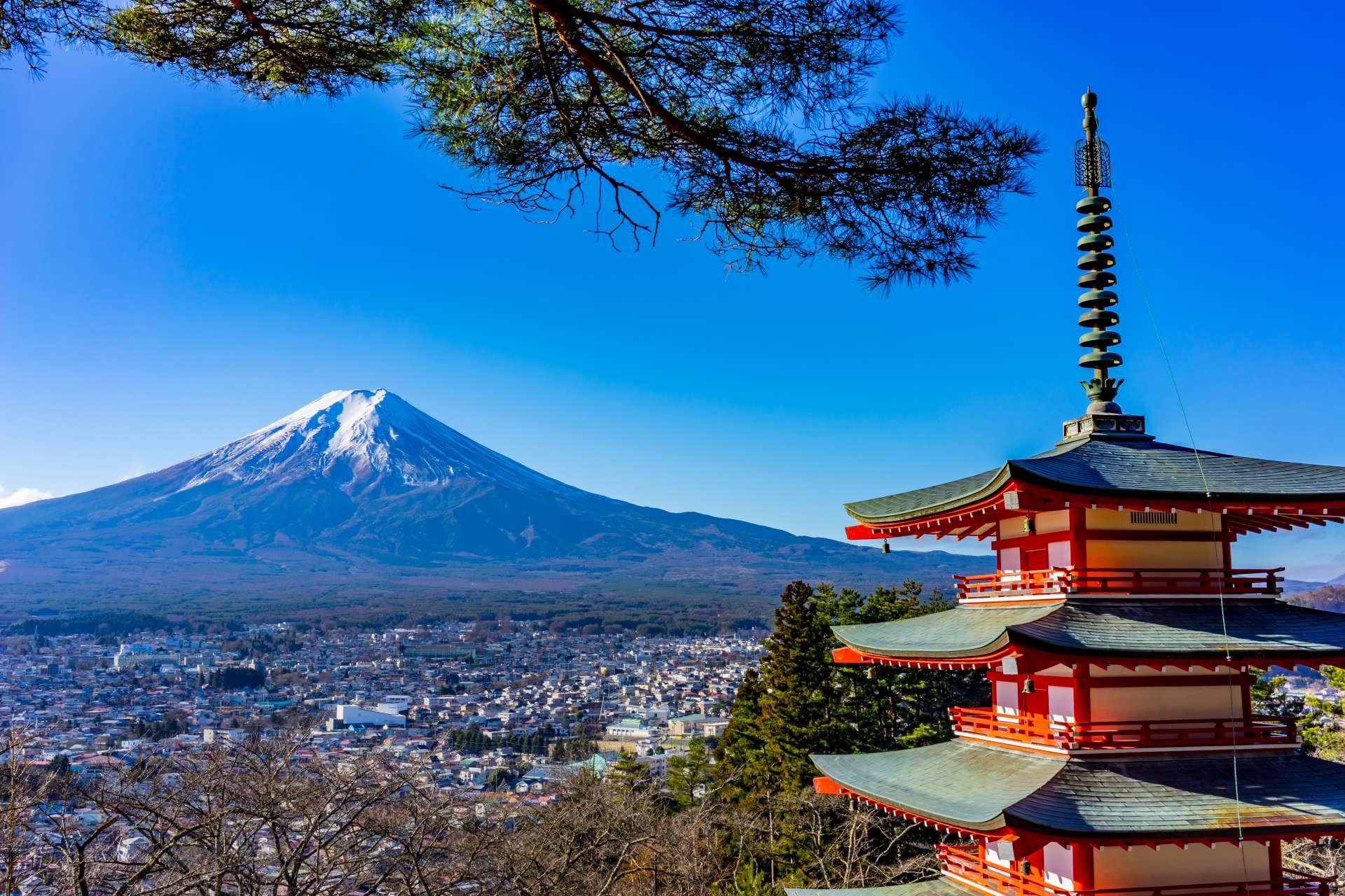 從新倉山淺間公園眺望富士山,俯瞰富士吉田市內
