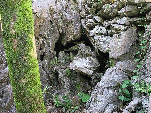 岩石之中神秘的參拜場所
