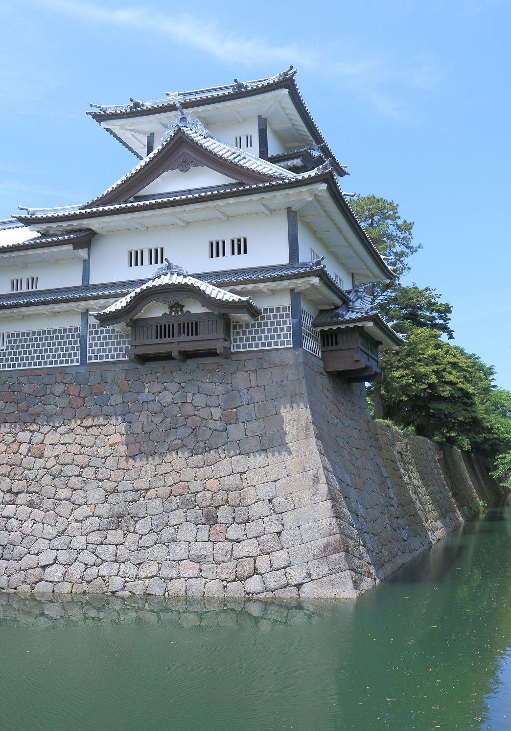 菱櫓建在高11.3公尺石牆之上