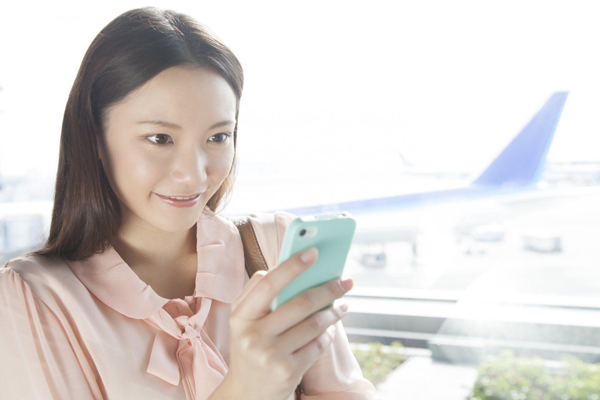 使用智慧型手机的女性