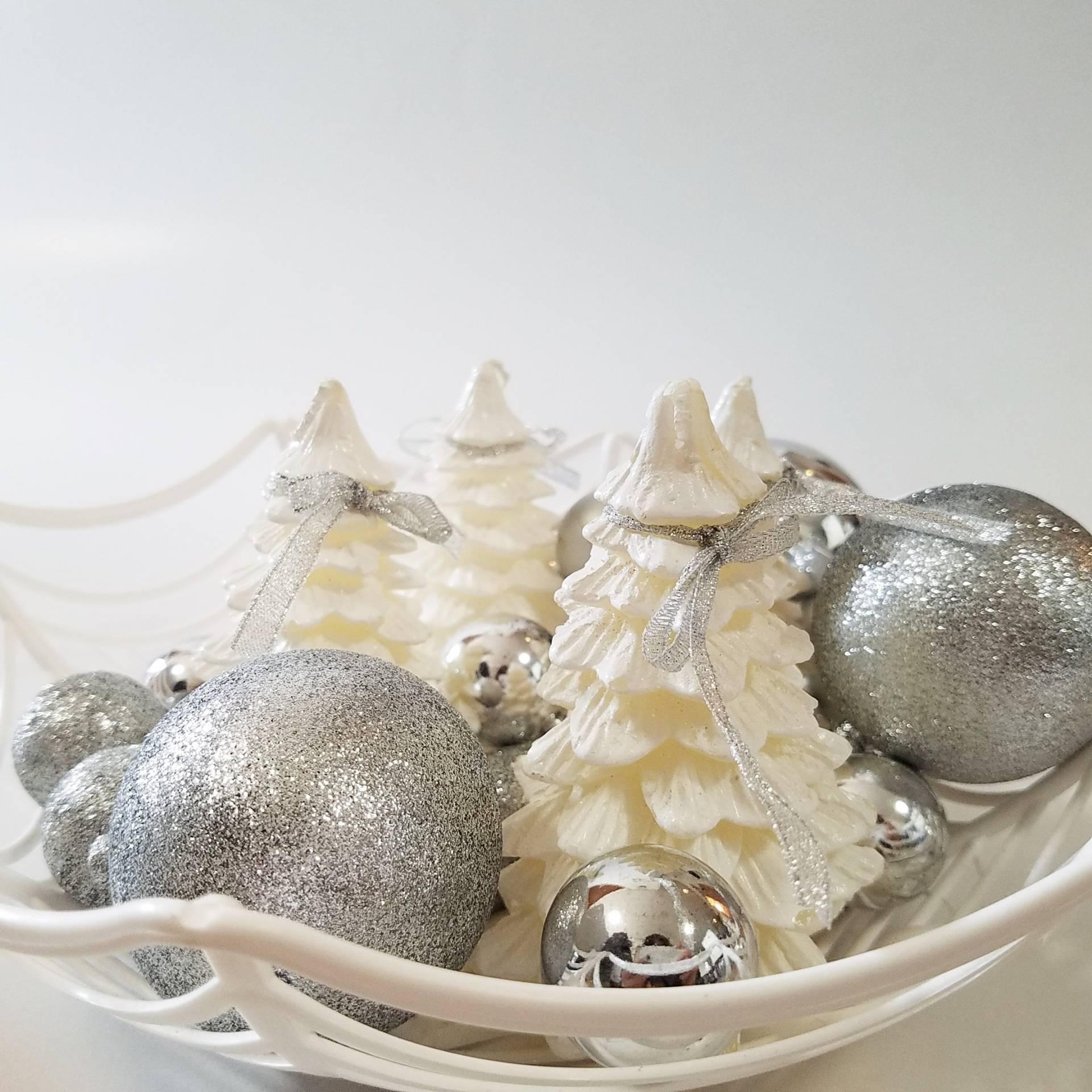 把聖誕蠟燭放在桌上當裝飾