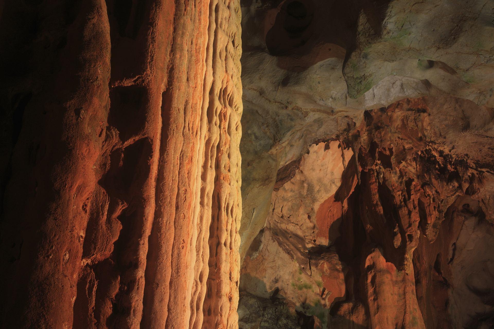 秋吉洞、黄金柱、鍾乳石、流華石、大黑柱、象徵