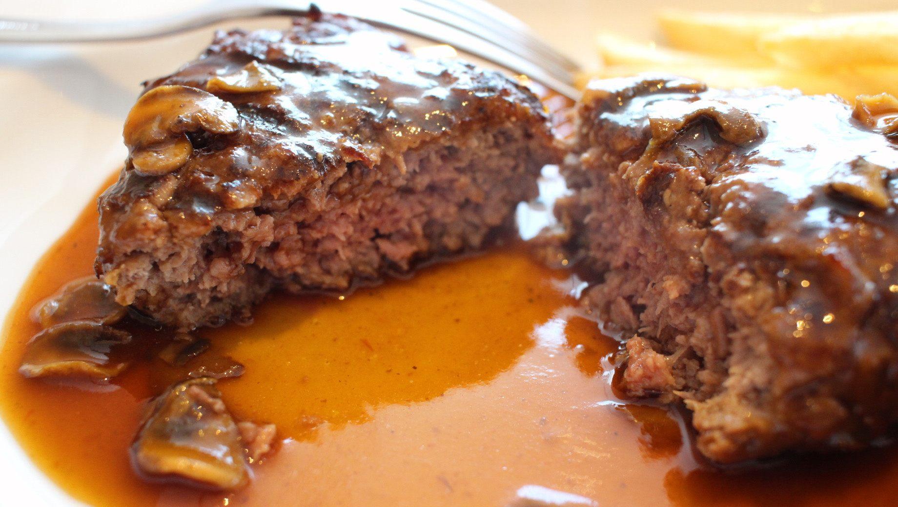 將漢堡牛排切開後,肉汁馬上就溢了出來