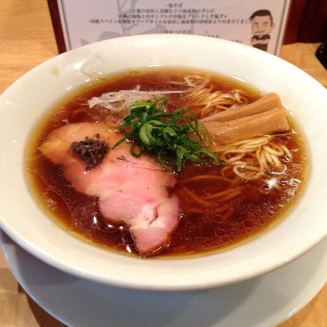 """加入了世界三大美味之一:""""黑松露油·露酱""""的酱油拉面(1000日圆)"""