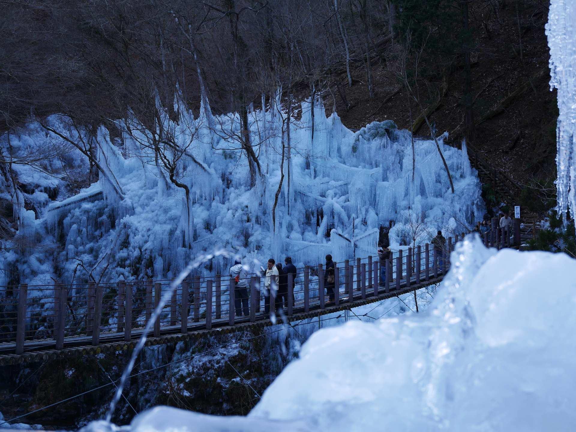 在溪谷设置水管向树木和山上喷水
