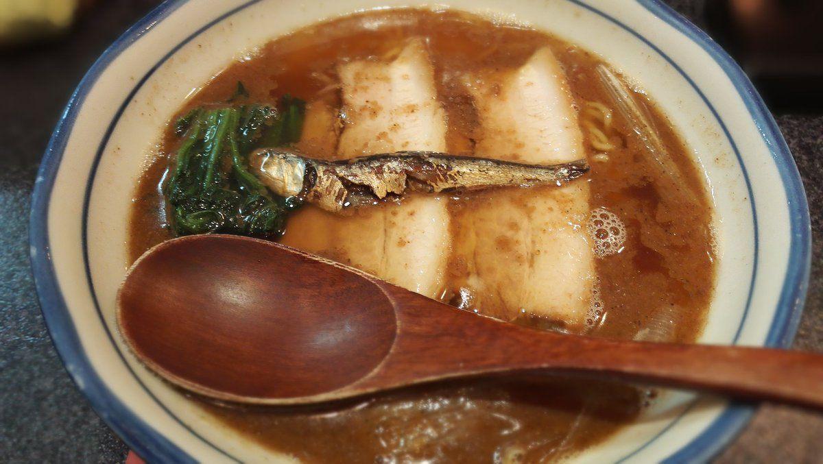 「烈志笑魚油 麵香房 三く(ku)」的招牌拉麵之一:「かけ(kake)拉麵」(780日圓)
