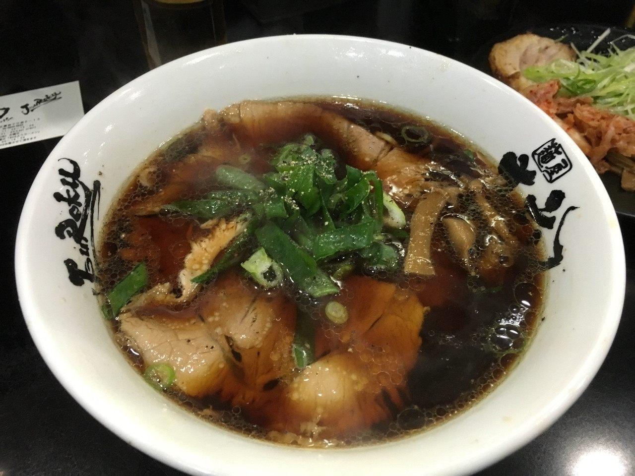 「麵屋 丈六」的招牌拉麵:代表大阪拉麵風格的高井田拉麵「中華そば(soba)」(650日圓)