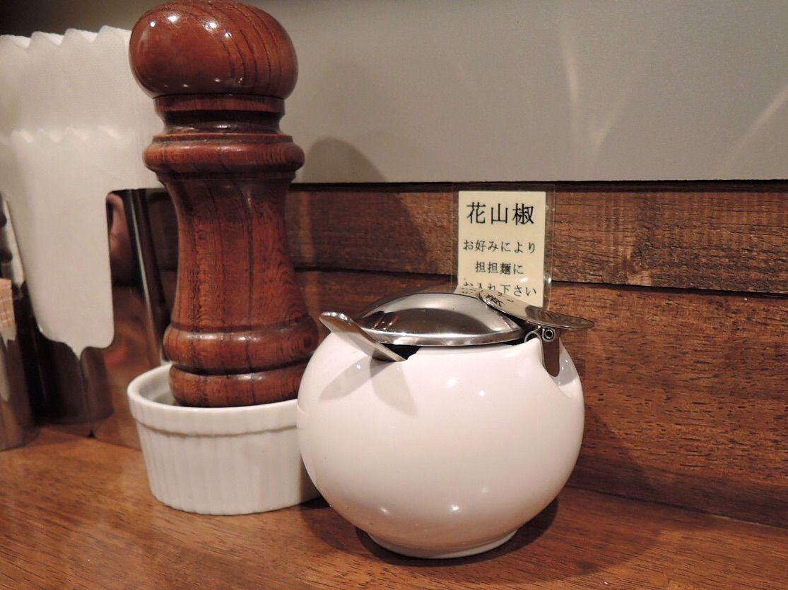 桌上都放有花椒酱料提供给喜欢吃辣的客人