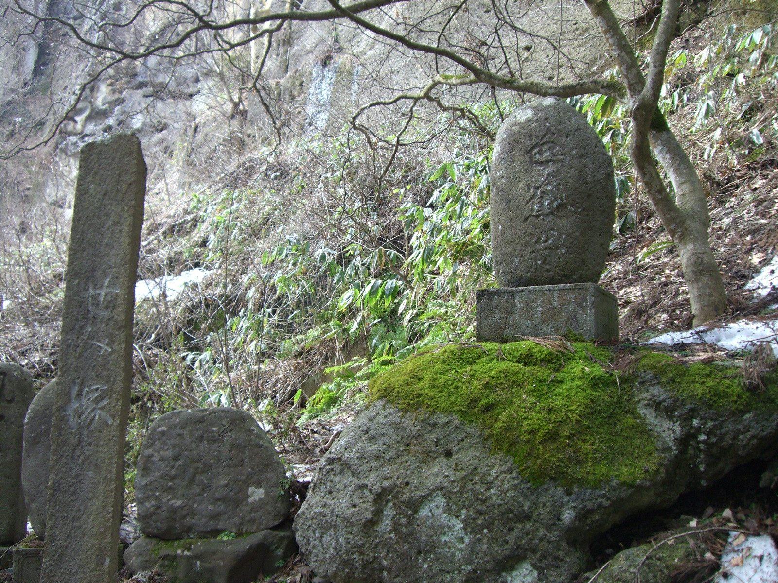 蝉冢上方刻着松尾芭蕉于山寺(立石寺)歌咏的俳句
