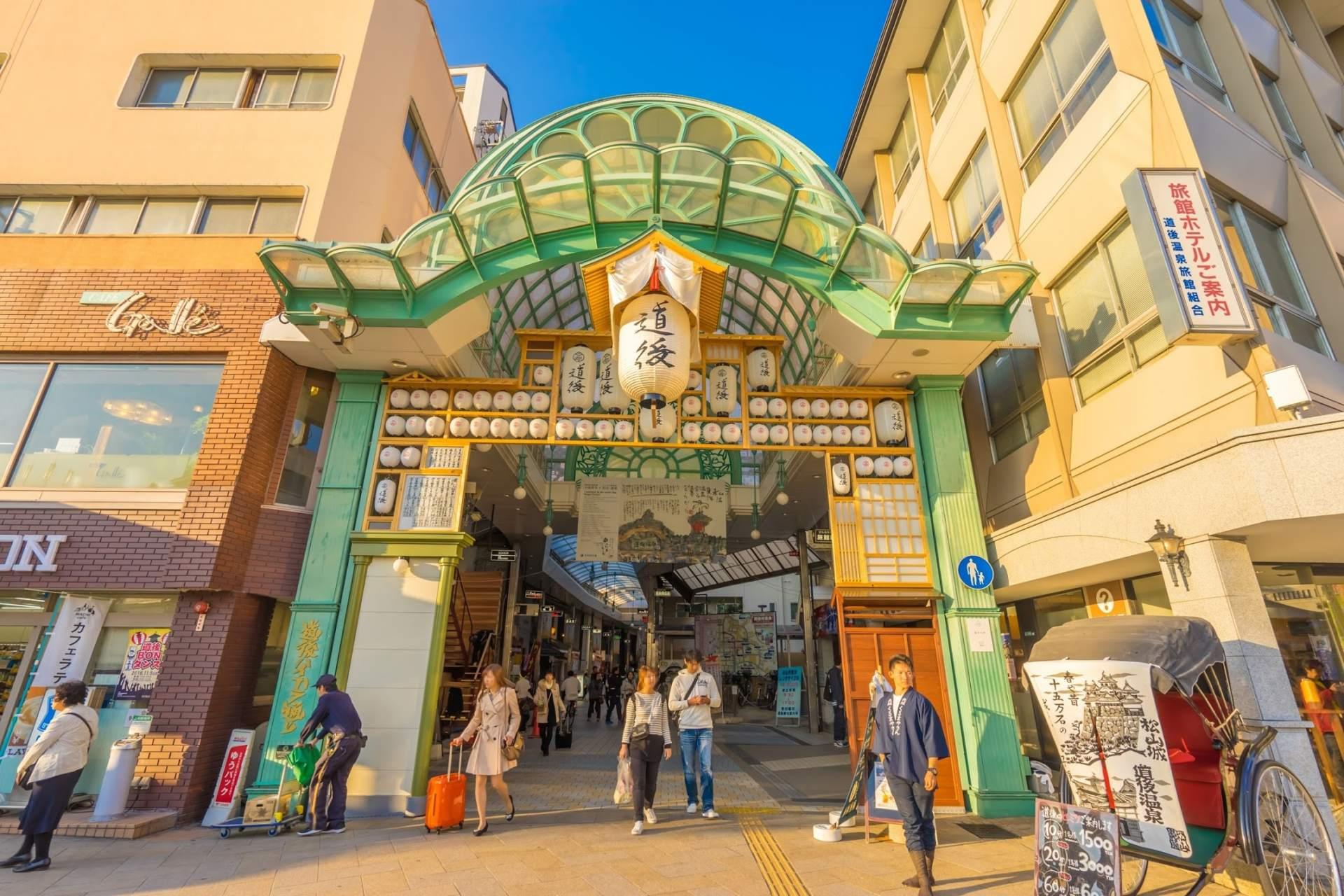 「道後商店街」的提燈裝飾「鈴生門」