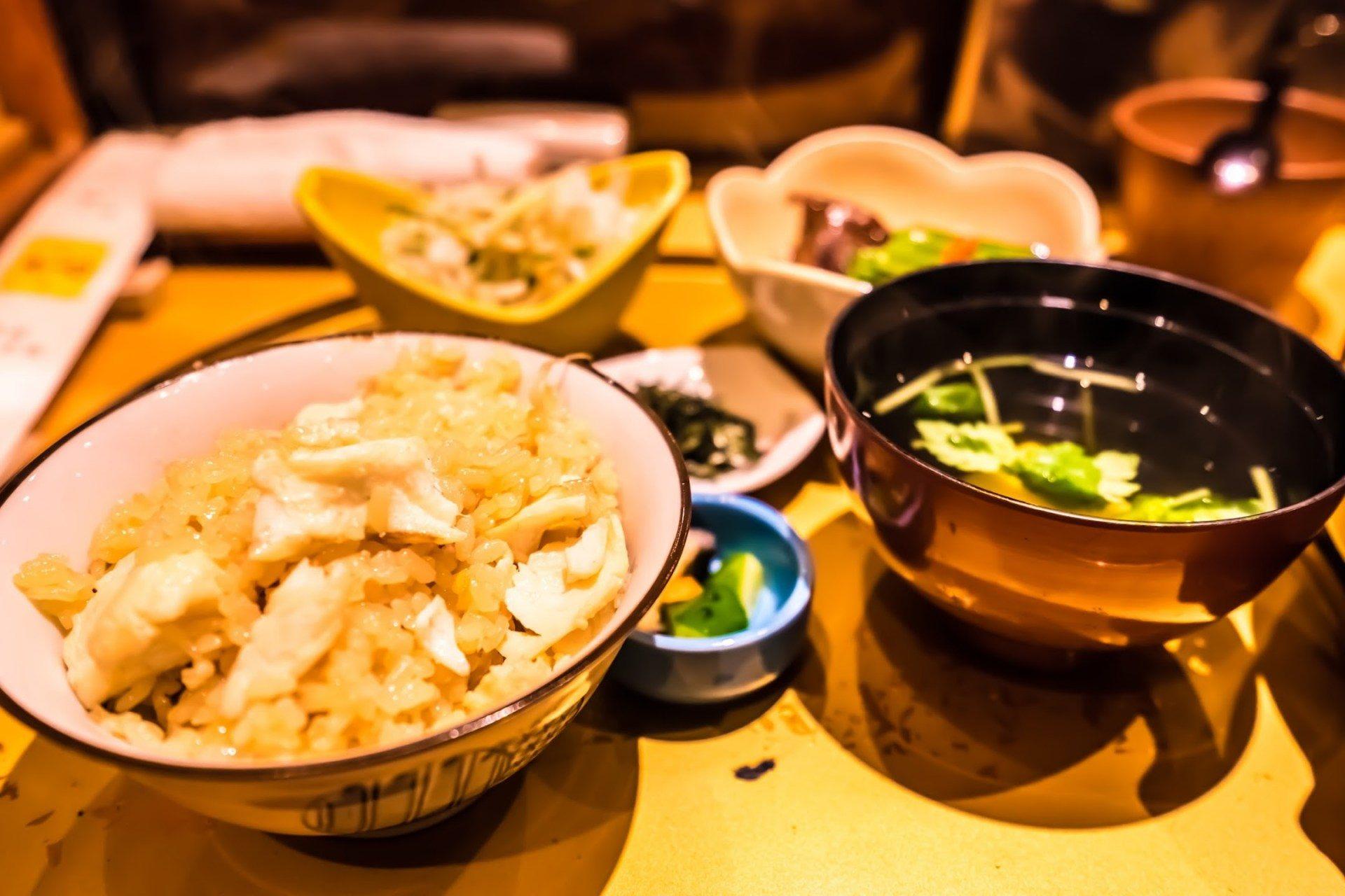 放在土鍋內熬煮的鯛魚飯