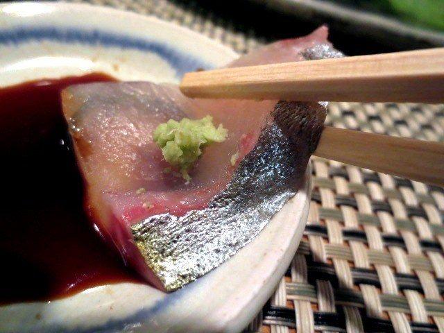 竹夾鯵魚沾芥末和醬油享用