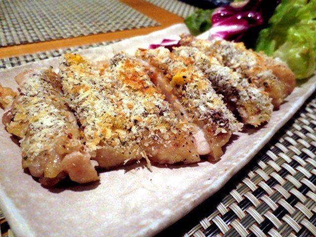與房島屋搭配的下酒菜:烤芥末雞肉香草粉(600日圓)