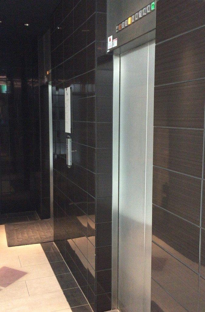 男女樓層分開且電梯皆為男女分別專用電梯