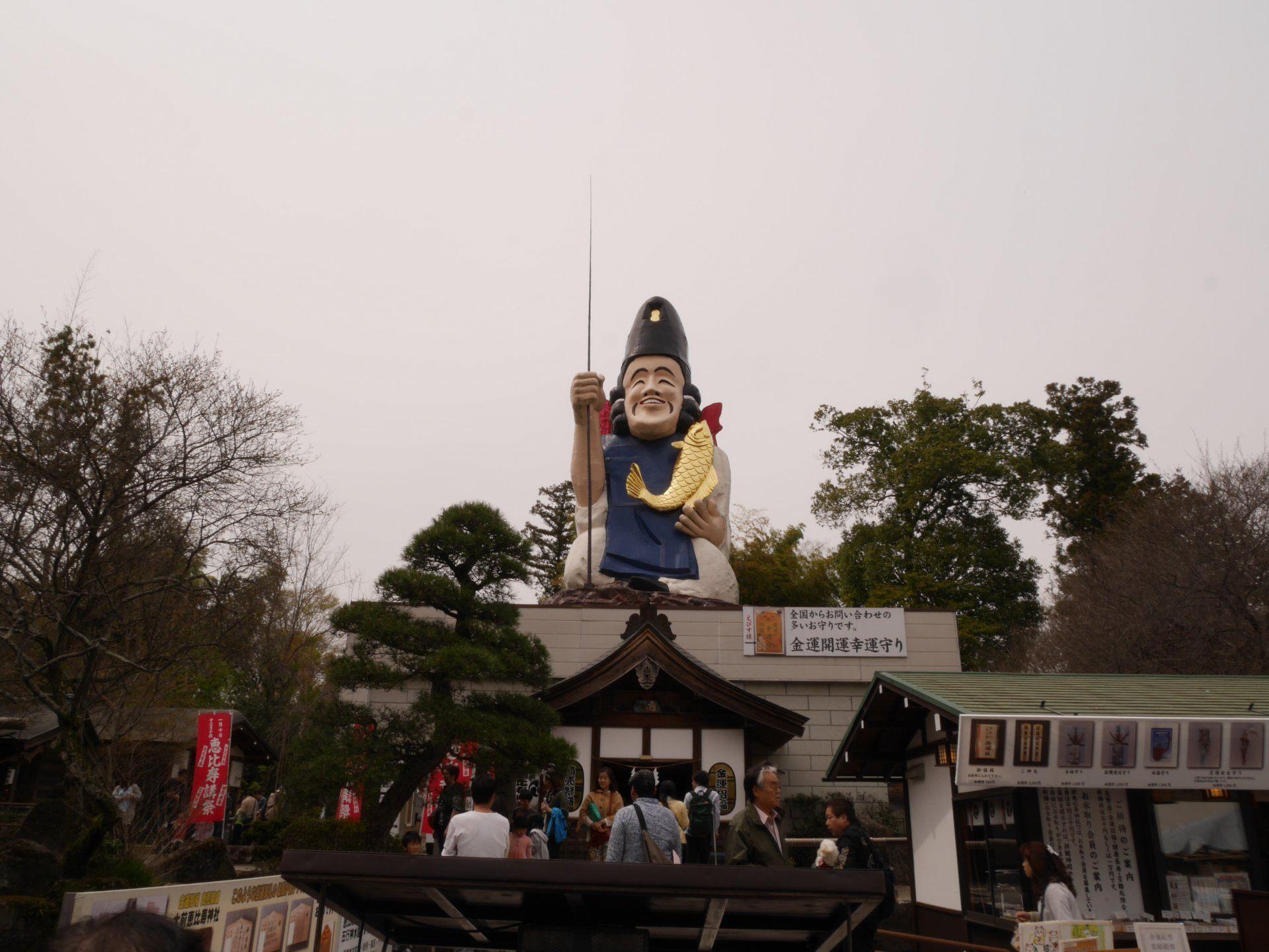 高達20公尺的巨大神像抱著5公尺的金色鯉魚