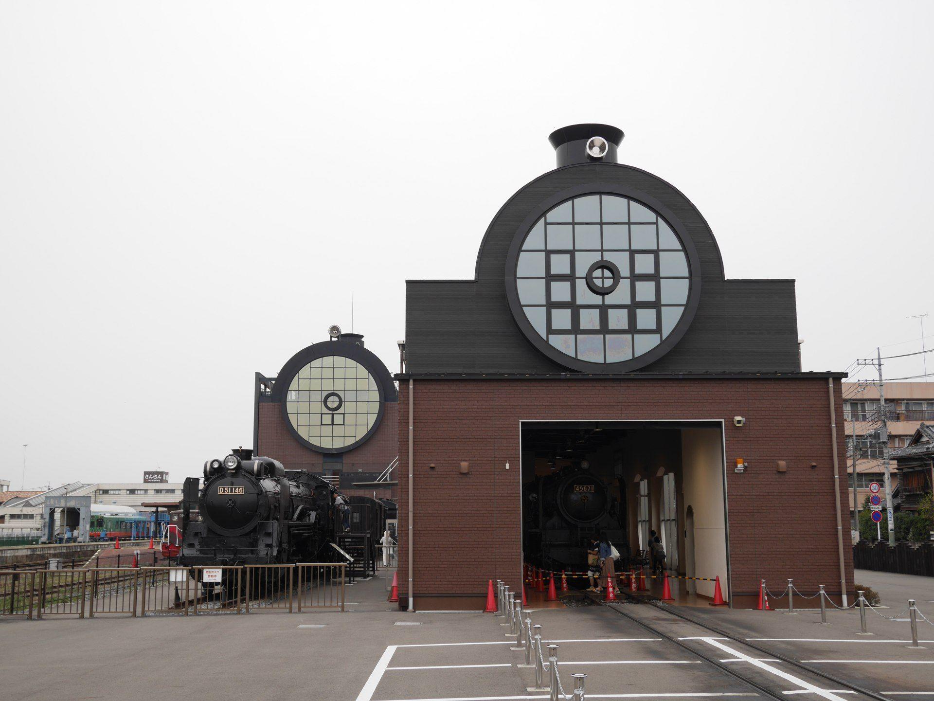 真正的SL真岡車站和仿造SL模樣的真岡車站一起拍照留念