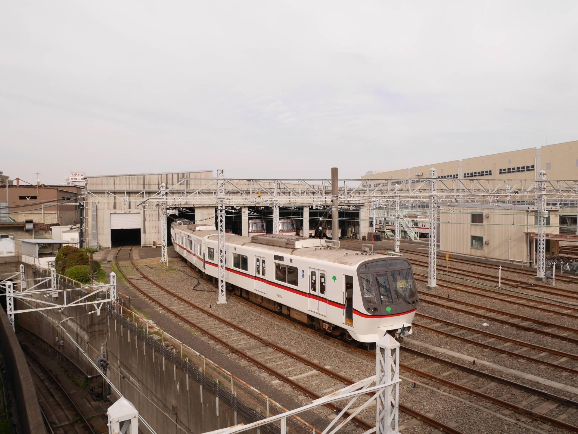 横跨「浅草线马込车辆检收场」上方的人行天桥