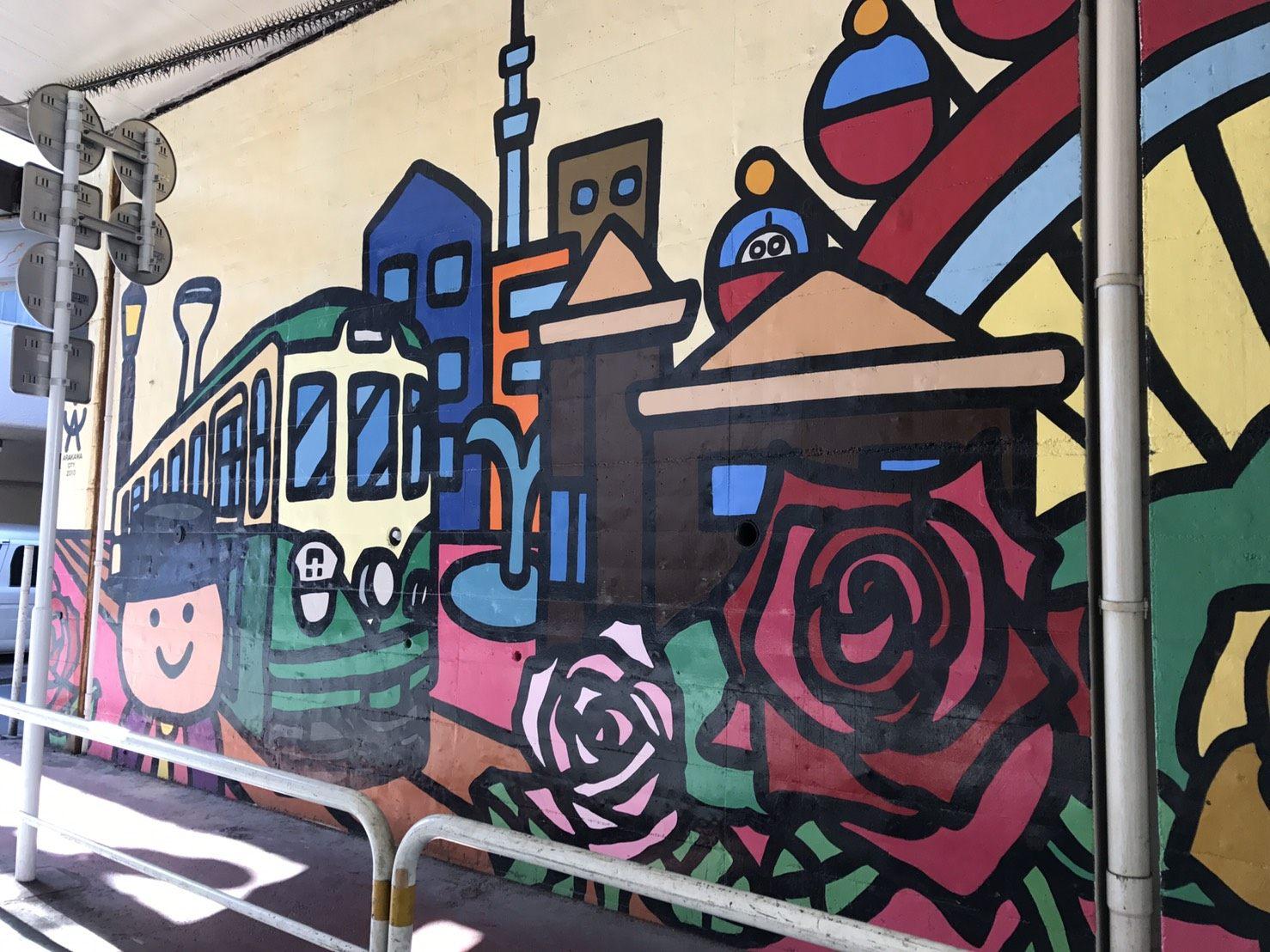 途中的彩绘墙