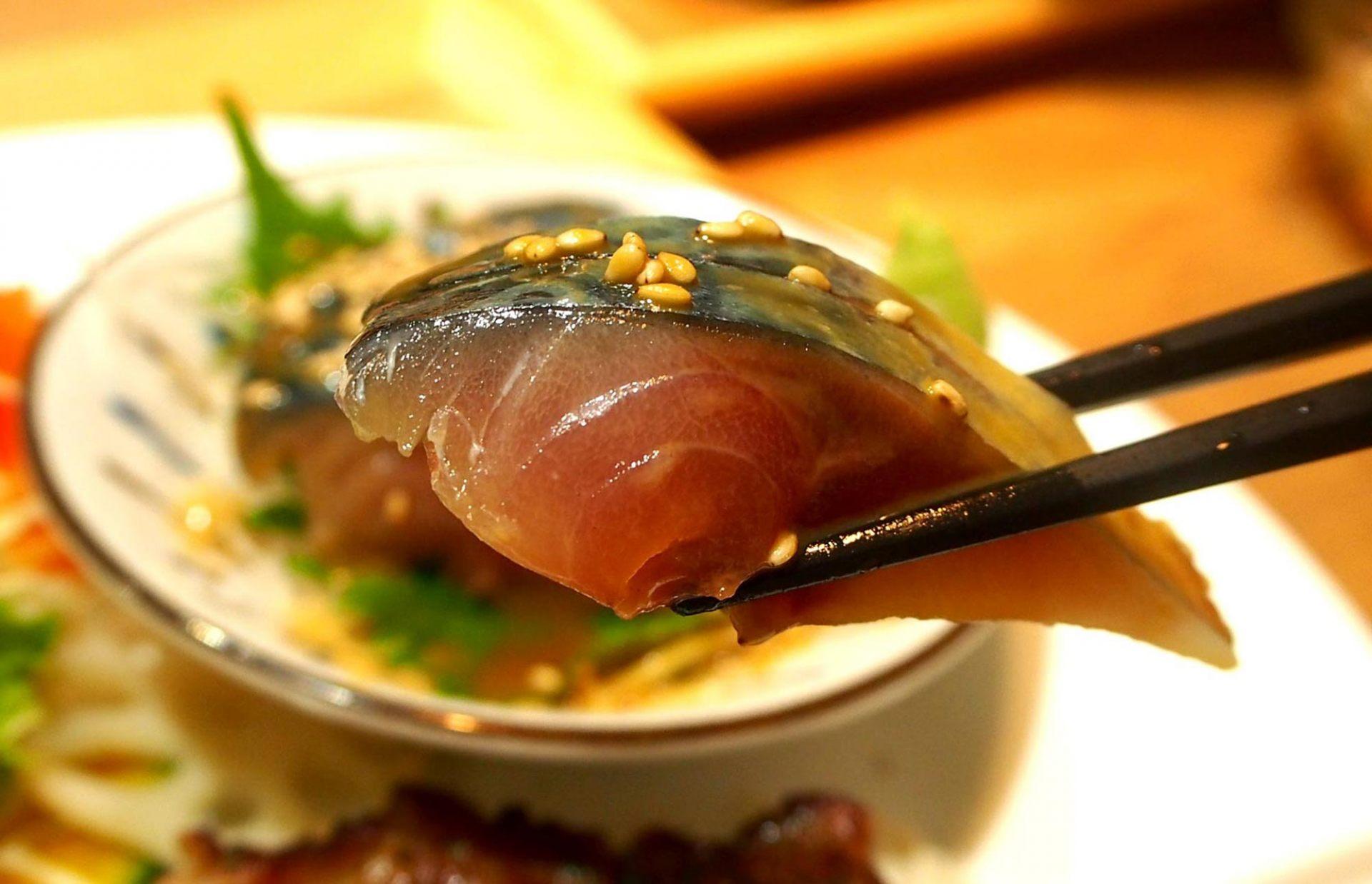 芝麻的甘甜和鲜美的鲭鱼