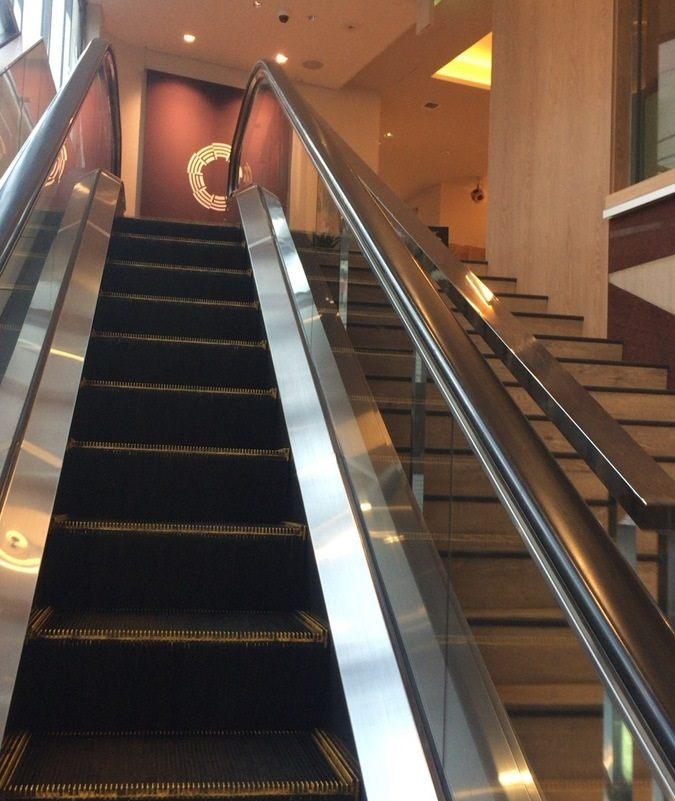 搭乘手扶梯往上