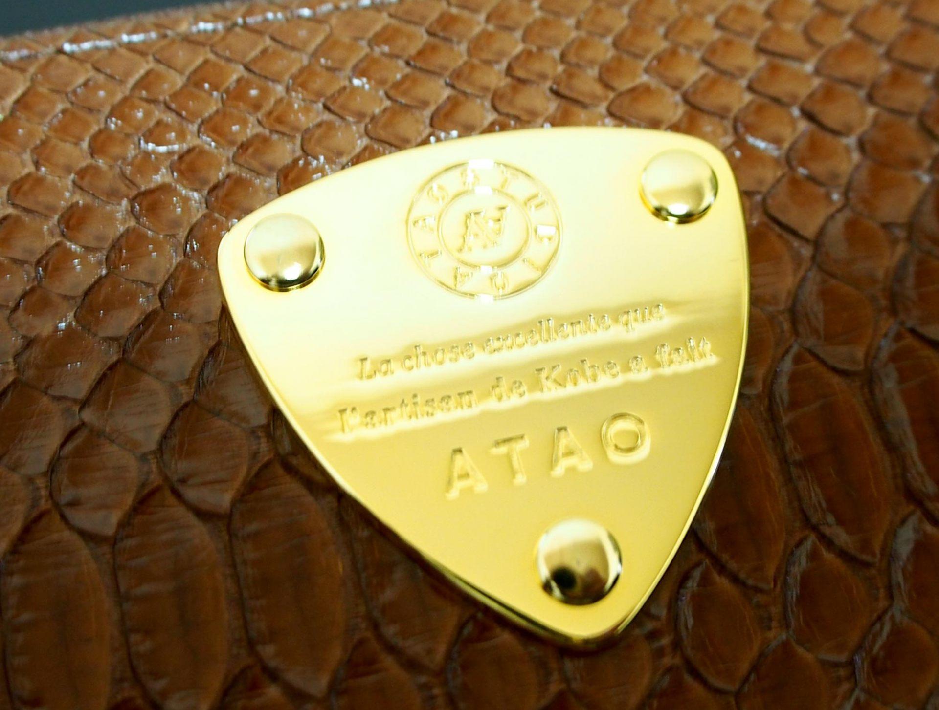 黃金色的金屬片是ATAO的特徵