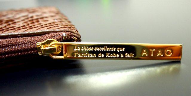 皮夾的拉鍊頭也是黃金色拉鍊
