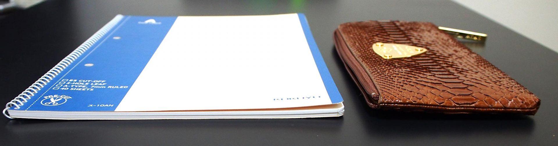 將皮夾和筆記本放在一起對比