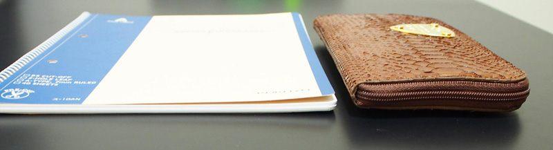 放入錢幣和其他物品後跟筆記本再次做厚度比較