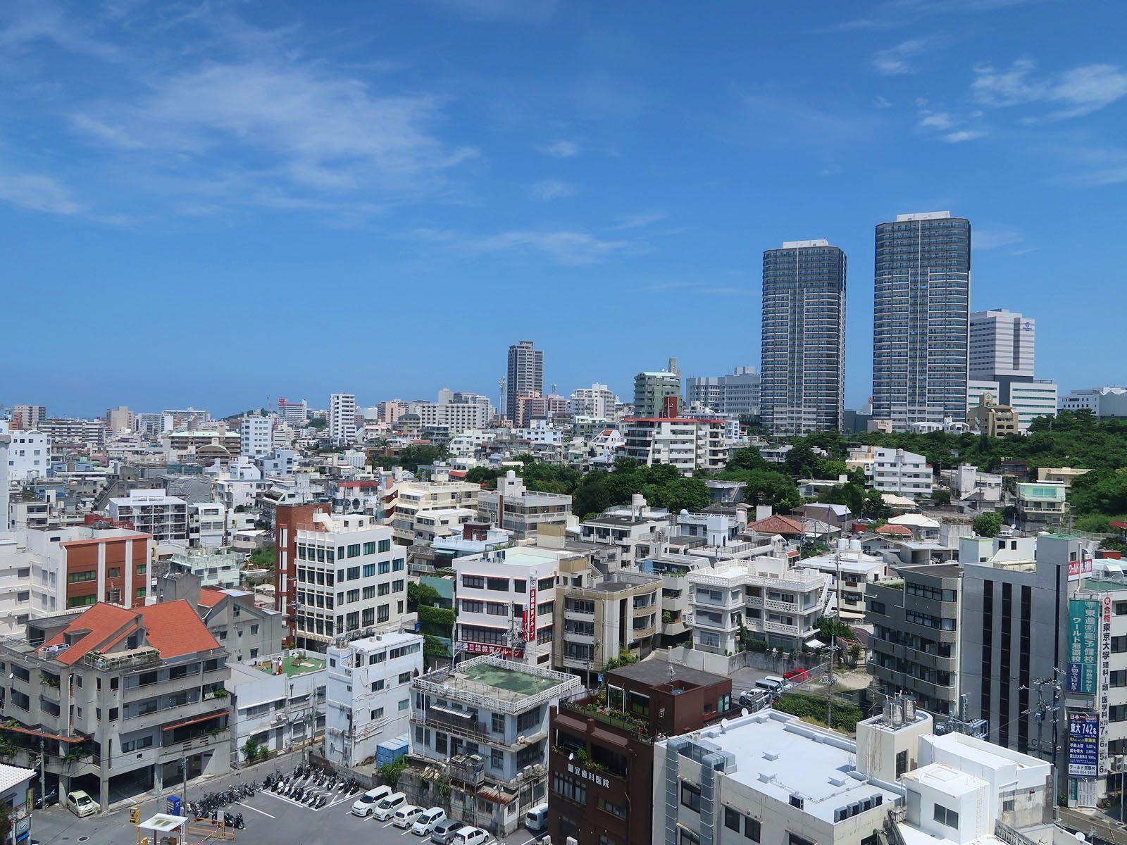从自助餐的场地,酒店12楼的「空中酒廊」遥望冲绳都市