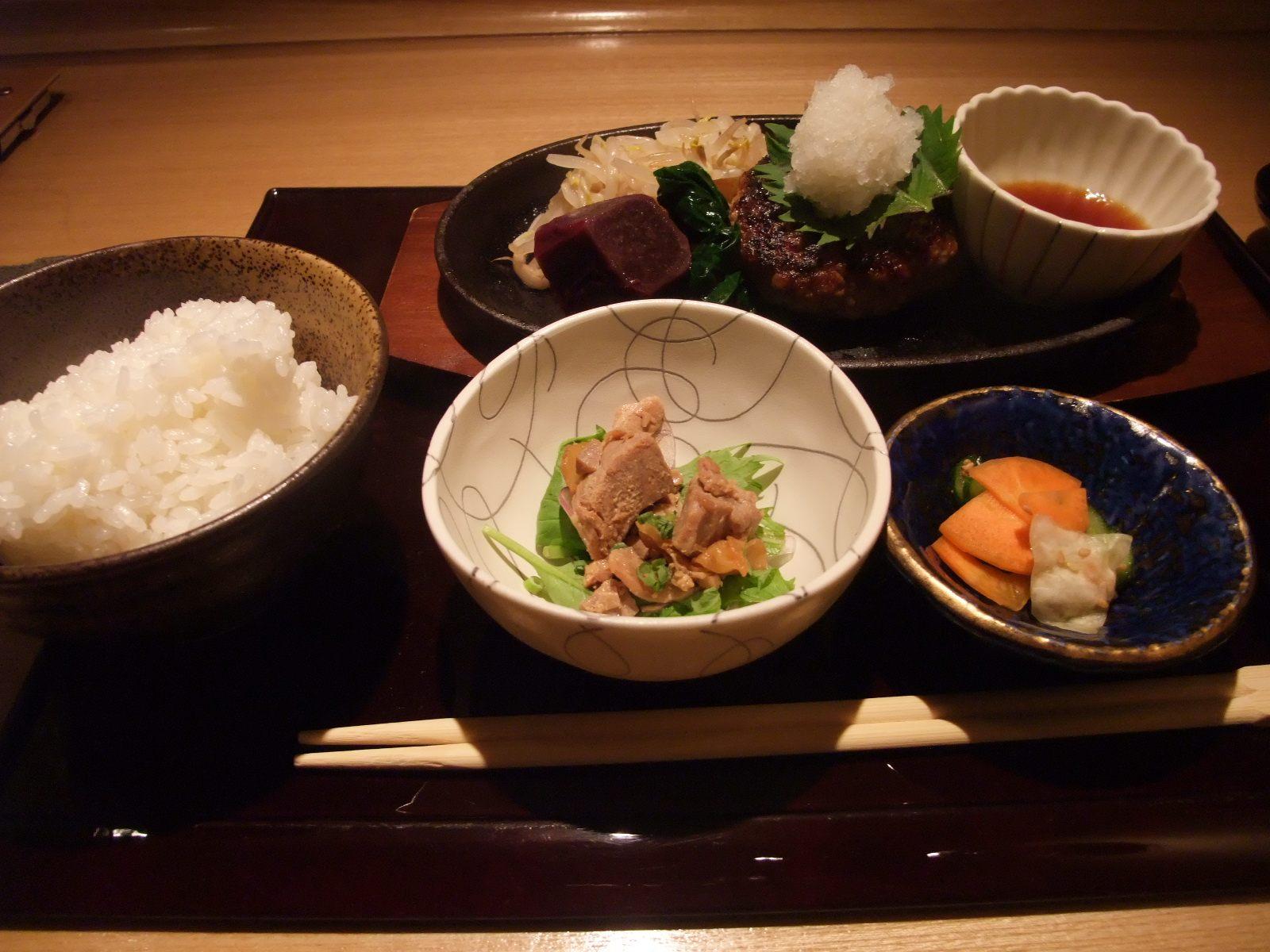 「銀熊特製黑毛和牛漢堡」午餐(1200日圓)