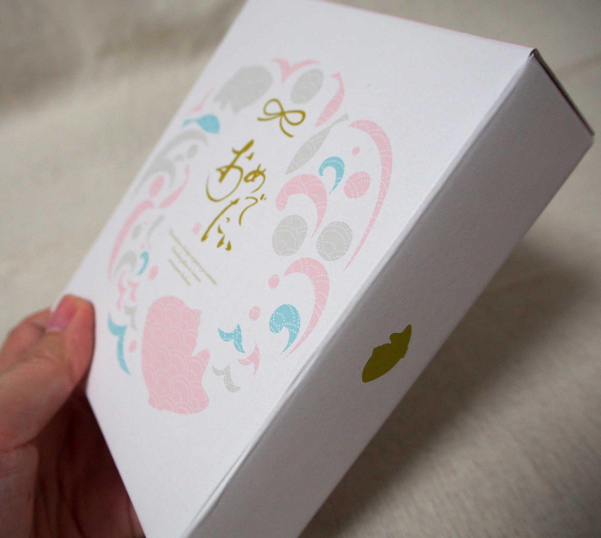 在精緻的包裝盒上面寫著「可喜可賀」