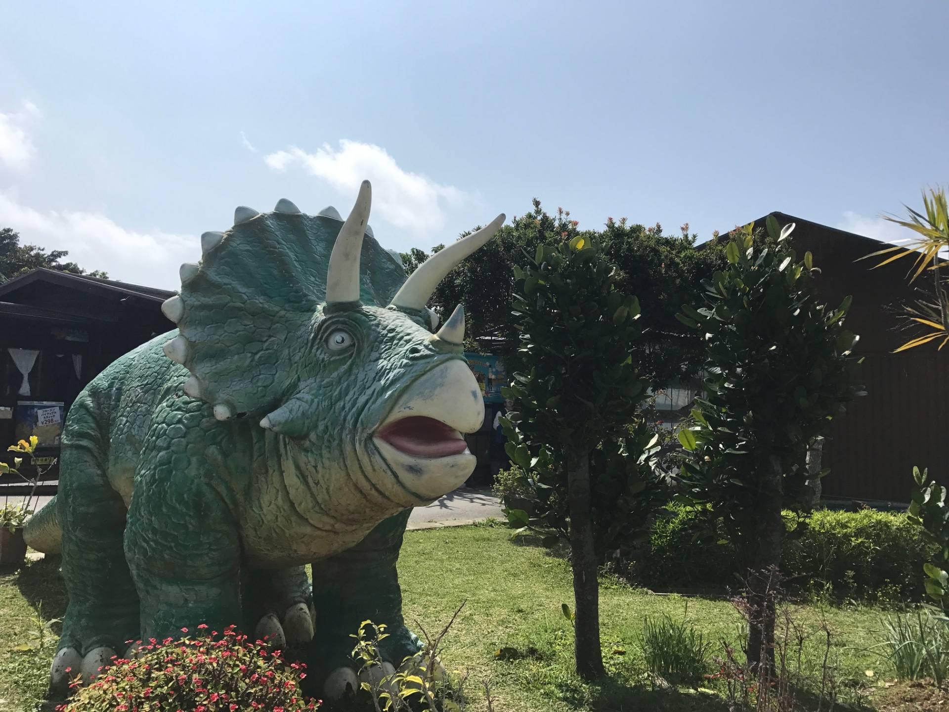 咖啡廳外的恐龍像