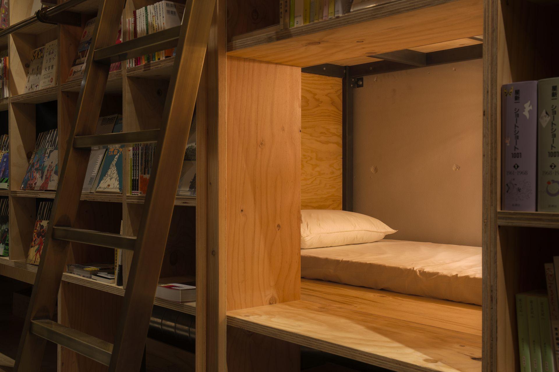 书架中的寝室